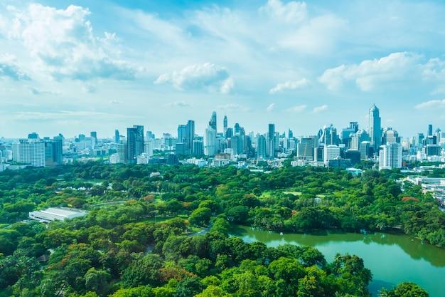 Город с лесом впереди
