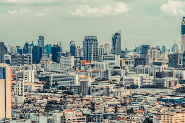 Городской пейзаж и высотные здания в центре мегаполиса