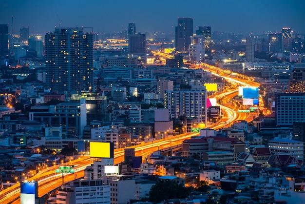 Городской пейзаж и шоссе в центре мегаполиса