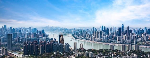 도시와 구름 하늘에서 충칭의 스카이 라인