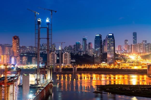 밤에 충칭 물 근처 시내의 풍경과 스카이 라인