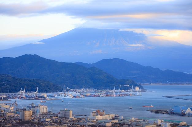 Городской и транспортный порт и горы фудзи фоне в утренней японии