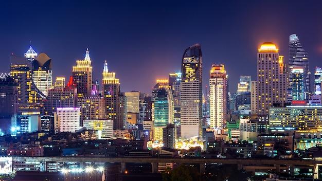 タイ、バンコクの夜の街並み。