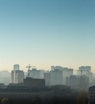 Городской пейзаж на восходе солнца, крыши зданий, вид на птицы
