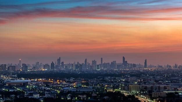 タイ、バンコクの夕暮れの街並み。
