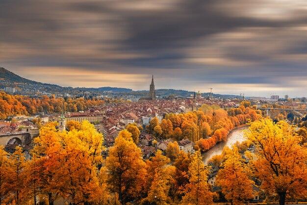 スイスの秋のシーズンでベルンの街並み歴史的建造物。