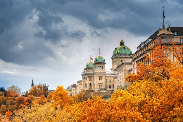 秋のスイス、ベルンの街並み歴史的建造物