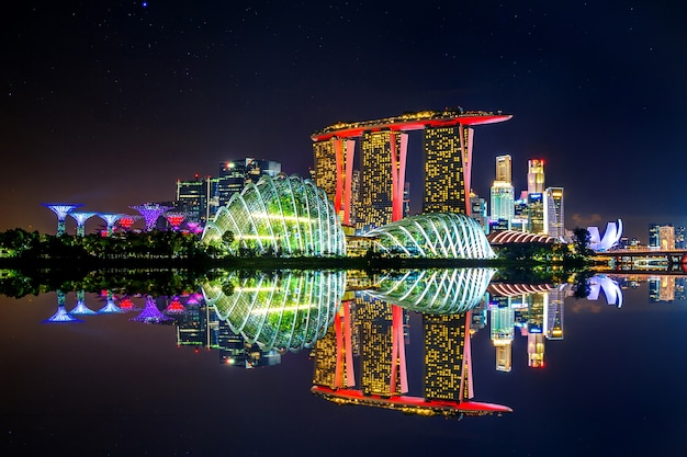 Paesaggio urbano di notte a singapore.