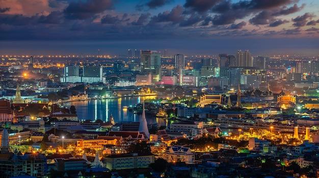Городской пейзаж бангкока с ват пхра кео, ват пхо и ват арун во время восхода солнца.