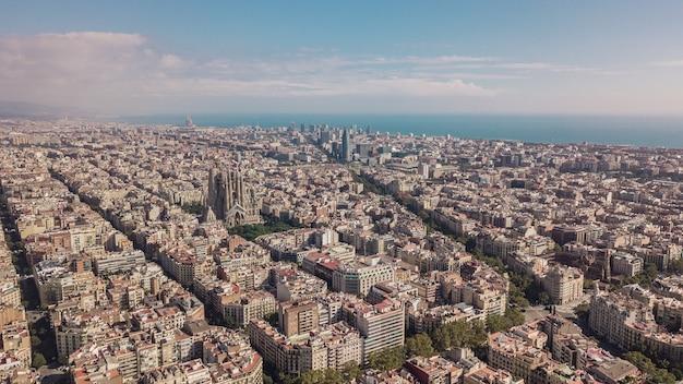 晴れた日のバルセロナの街並み。航空写真