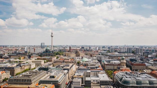 Городской пейзаж берлина в солнечный день. с высоты птичьего полета
