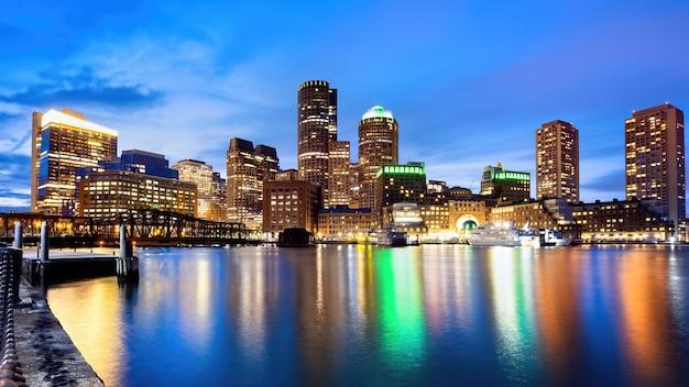 夜のボストンのダウンタウンの街並み