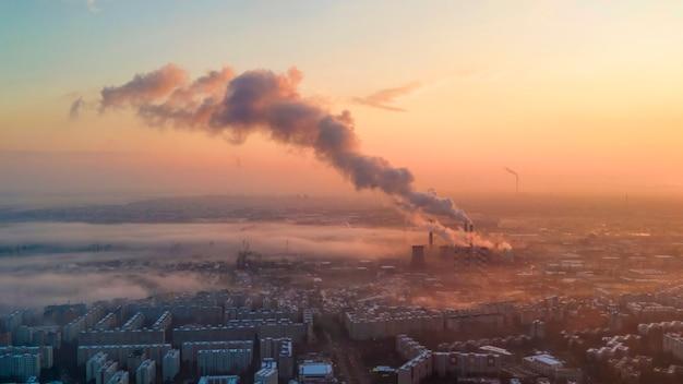 ドローンからのブカレストの街並み、住宅の列、霧が出る火力発電所、その他の地面、エコロジーのアイデア、ルーマニア