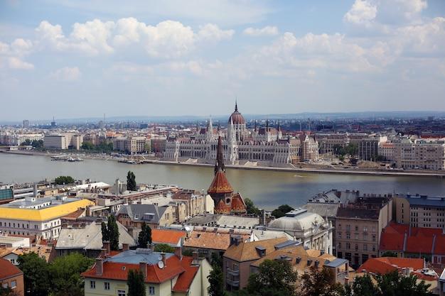 Buda와 pest의 양면이 있는 헝가리 부다페스트의 풍경. 다뉴브 강과 헝가리 의회