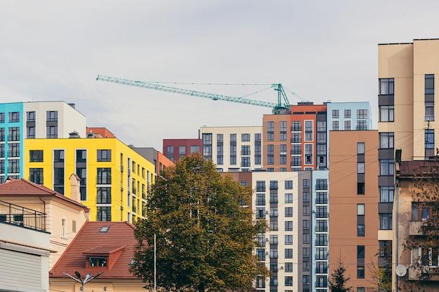 色付きの高層ビルの街並み