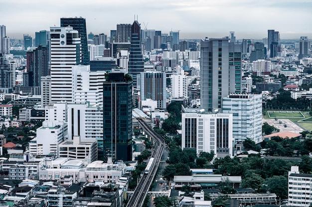Городской пейзаж переполненного города с высотным зданием в центре города в деловом районе. бангкок