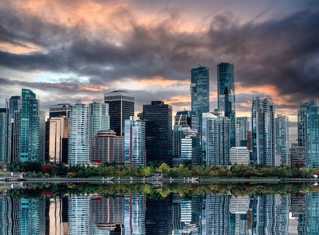 Городской пейзаж переполненных блестящих деловых зданий отражение на воде вечером в стэнли-парке