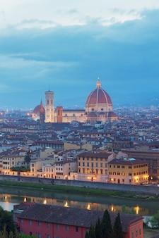 이탈리아 밤에 대성당 산타 마리아 델 피오레와 아르노 강이 있는 피렌체의 풍경