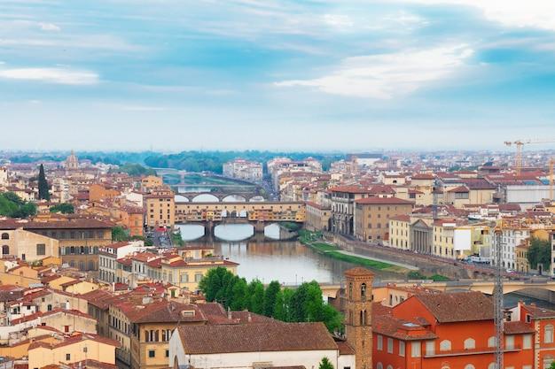 유명한 다리 베키오 다리(ponte vecchio), 피렌체(florence), 이탈리아(florence)가 있는 피렌체(florence)의 풍경