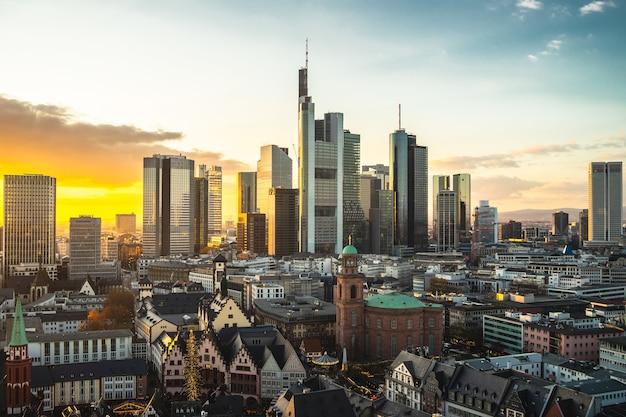 독일에서 일몰 동안 현대적인 건물에 덮여 프랑크푸르트의 풍경