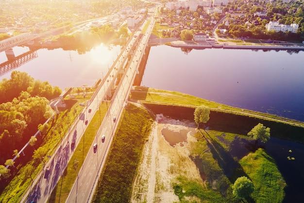 Городской пейзаж гомеля беларусь аэрофотоснимок городской архитектуры мост через реку сож на закате