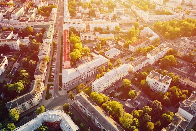 ベラルーシ、ホメリの街並み。町の建築の航空写真。日没時の街の通り、鳥瞰図