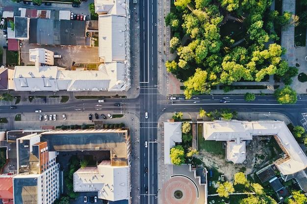 Городской пейзаж гомеля беларусь вид с воздуха на перекресток городской архитектуры в городе с автомобильным движением