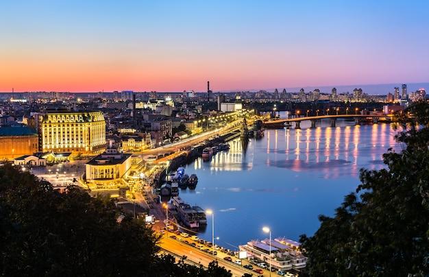 Городской пейзаж киева с рекой днепр на закате. украина