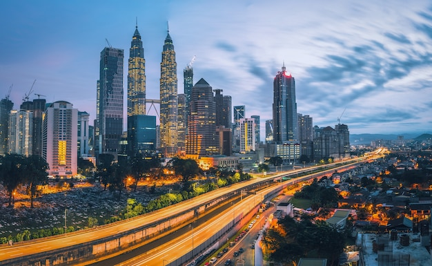 Городской пейзаж города куала-лумпур на рассвете в малайзии.