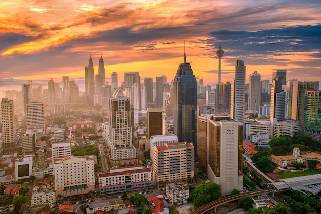 Городской пейзаж горизонта города куала-лумпур на закате в малайзии.