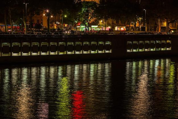 밤에 물에 반사된 프랑스 리옹의 풍경