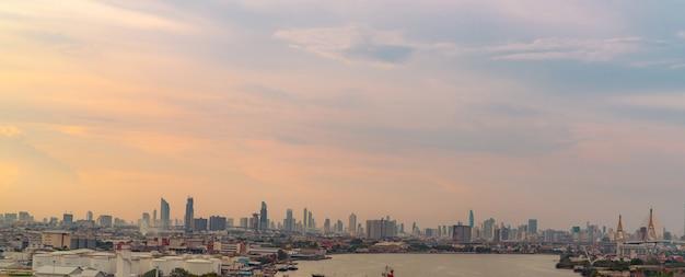 近代的な建物の街並みアジアの街並みビジネスオフィスビル夕焼け空の街