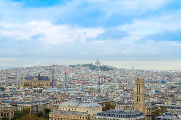 フランス、モンマトレ地区の上のパリの街並み