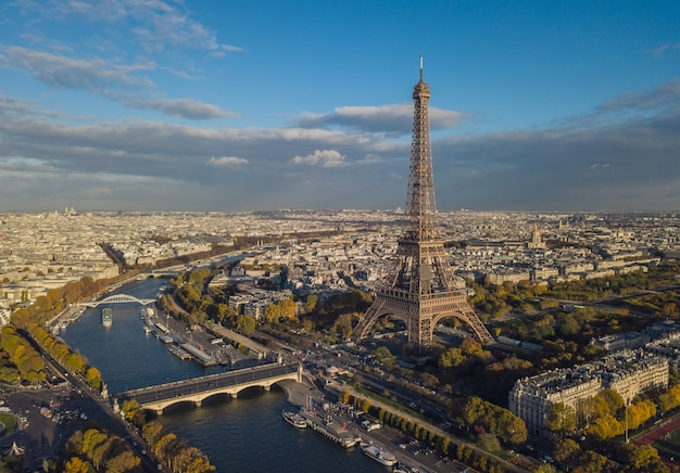 Городской пейзаж парижа. аэрофотоснимок эйфелевой башни
