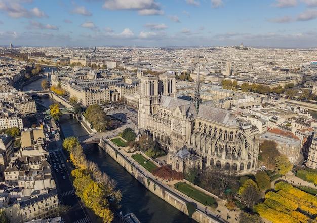 Городской пейзаж парижа. вид с воздуха на собор нотр-дам де пари