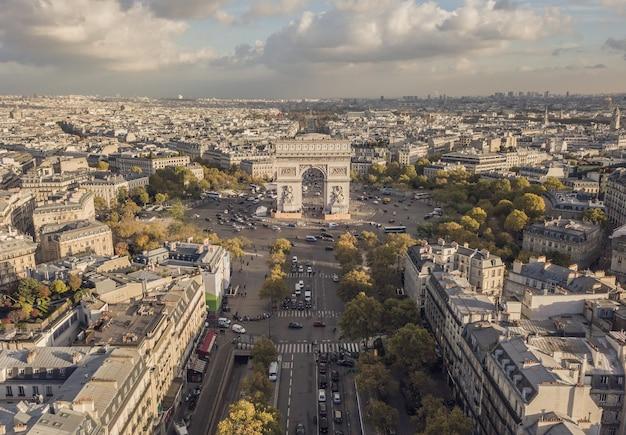 Городской пейзаж парижа. вид с воздуха на триумфальную арку