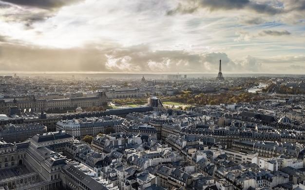 Городской пейзаж парижа осенью. с высоты птичьего полета