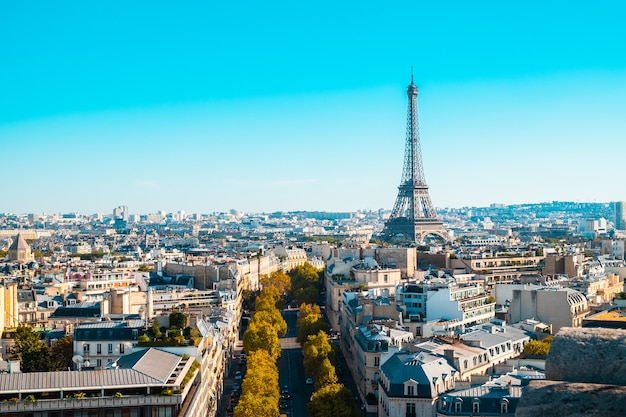 日光とフランスの青い空の下でパリの街並み
