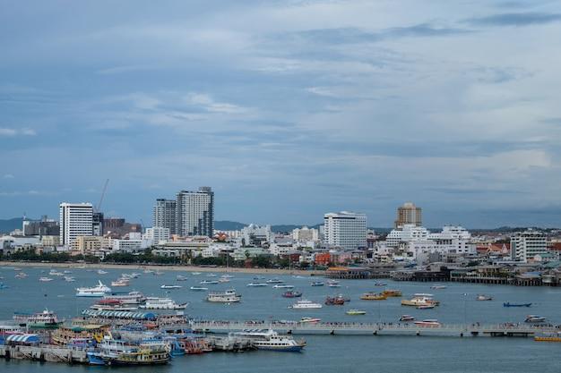 Городской пейзаж паттайя и пляжа с шлюпкой скорости в таиланде.