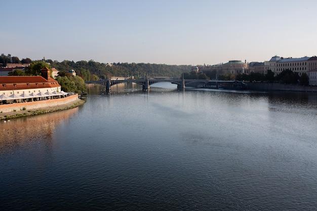 Городской пейзаж праги. панорамный вид на реку влтава в праге осенью