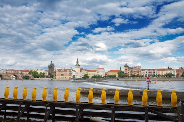 Городской пейзаж праги с карловым мостом через реку влтава в летний пасмурный день, чехия