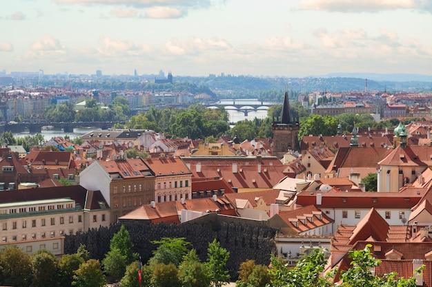 Городской пейзаж праги с мостами праги над рекой влтава, чешская республика