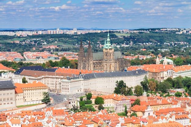 Городской пейзаж праги с собором вита, чешская республика
