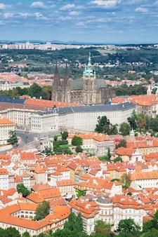 Городской пейзаж праги с собором вита сверху, чешская республика