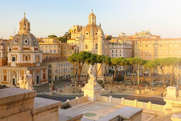 日没、イタリア、ヨーロッパでローマの街並み