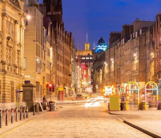 Городской пейзаж старого города эдинбурга на улице королевской мили в сумерках заката, эдинбург.
