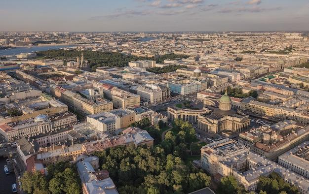 サンクトペテルブルクの街並み。カザンスキー大聖堂、ネフスキー大通り、血の上の救世主教会の航空写真
