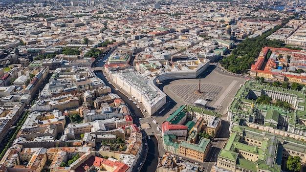 ロシア最大の都市の1つであるサンクトペテルブルクの街並み。航空写真