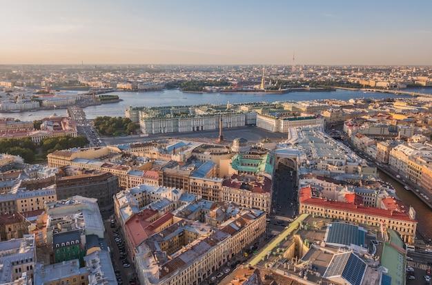 サンクトペテルブルク、ロシアの街並み。宮殿広場、冬宮殿、ピーターとポールの要塞の空撮