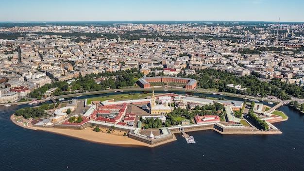 Городской пейзаж санкт-петербурга. петропавловская крепость на переднем плане. с высоты птичьего полета